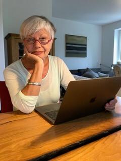 Ulrike vor aufgeklapptem Laptop. Foto: Anne Bauer